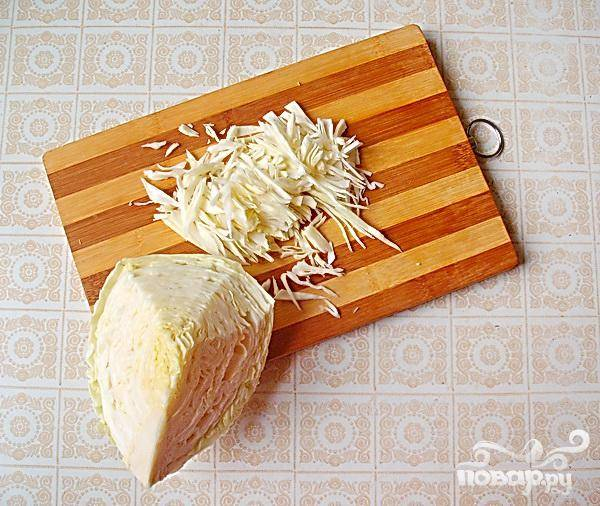 3.Порежем капусту для щей. Берем только свежую капусту. Бросаем ее в кастрюлю, добавляем промытого риса и ждем, когда закипит.