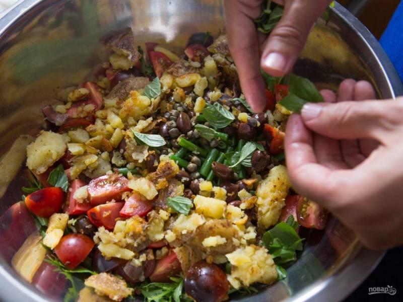 6.В миску складываю фасоль, разминаю картофель, добавляю измельченные черри, каперсы и оливки, добавляю зелень (базилик, салатные листья) и тунец, перемешиваю.