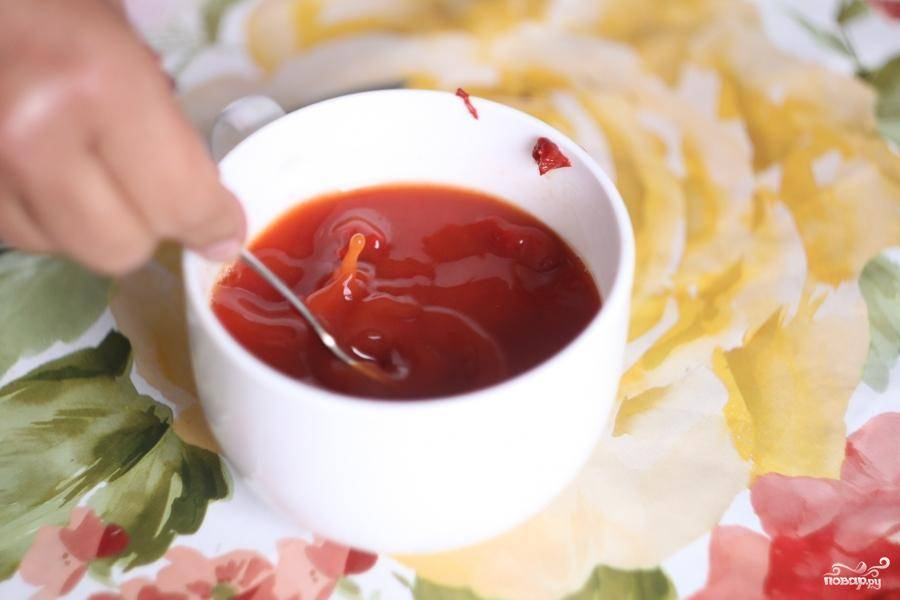 Затем в отдельной посуде развести 3 ст. ложки томатной пасты со стаканом воды. Перемешать.