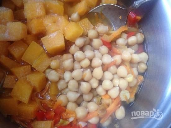 Добавляем к обжаренным овощам своренный нут и тыкву. И доливаем воды столько, сколько вам хочется, ведь суп можно приготовить густым, а можно и пожиже.