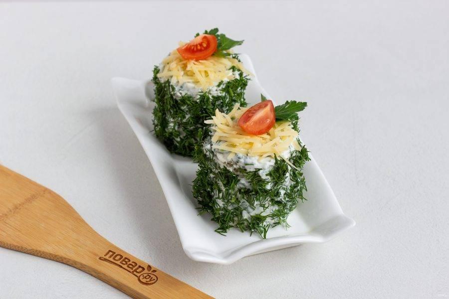 Украсьте кусочками черри и листиками петрушки или по своему вкусу. Закуска отлично стоит в холодильнике несколько часов, зелень укропа не увядает. Поэтому можно подавать сразу или через некоторое время.