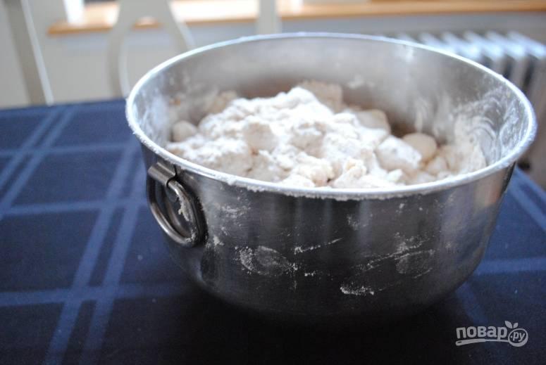 1. Для начала нужно приготовить тесто. Соедините просеянную муку с сахаром и сливочным маслом. Для аромата добавьте щепотку корицы и цедру лимона. Всыпьте соль и замесите однородное тесто. Заверните его в пищевую пленку и уберите на полчасика в холодильник.