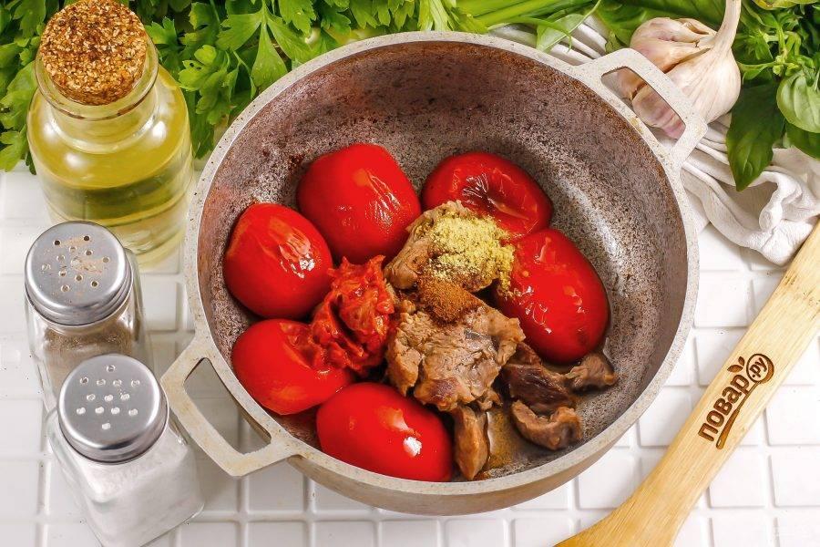 Добавьте подготовленные специи и пряности, всыпьте соль. По желанию можете добавить немного молотого черного перца. Выложите острый соус. Обжарьте все примерно 2-3 минуты.