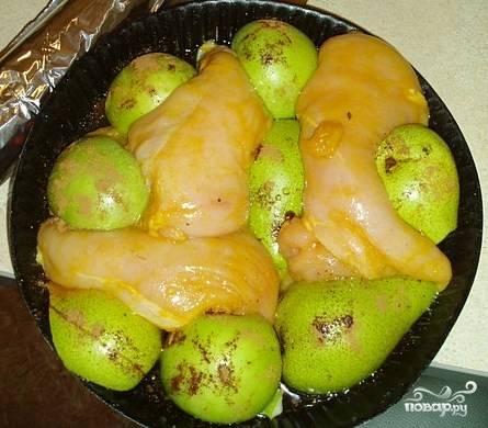 В форму для выпекания выложить замаринованные грудки и половинки груш. Полить сверху остатками маринада.