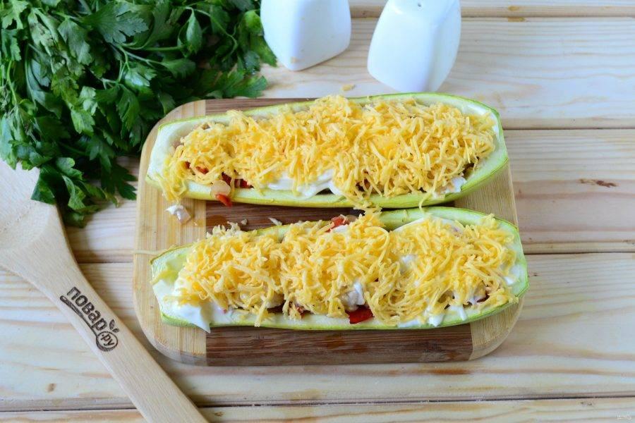 Смажьте сверху тонким слоем майонеза и обильно присыпьте натертым на мелкой терке сыром.