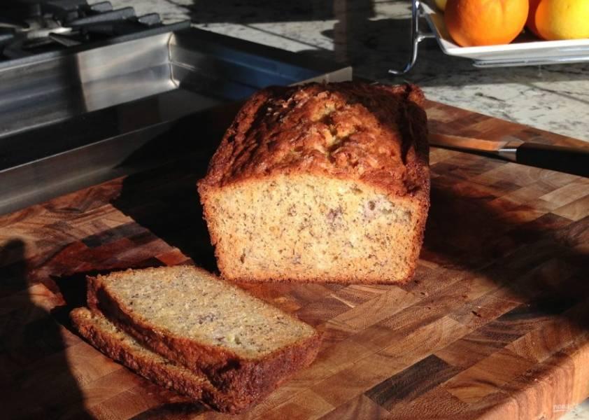12.Аккуратно достаньте банановый хлеб и полностью остудите перед подачей.