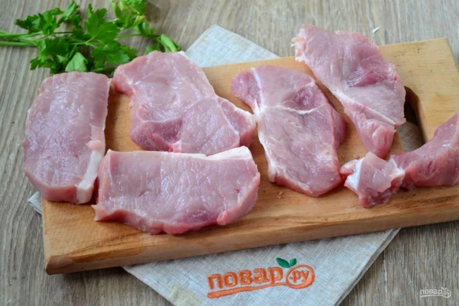 Мясо порежьте на ломти толщиной 1-1,5 см.