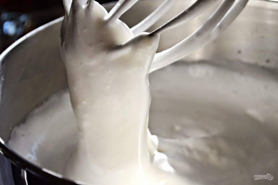 В чаше миксера взбейте яичные белки. Спустя минутку добавьте к яйцам творог, сахар, соль. Продолжайте взбивать до консистенции густого крема.