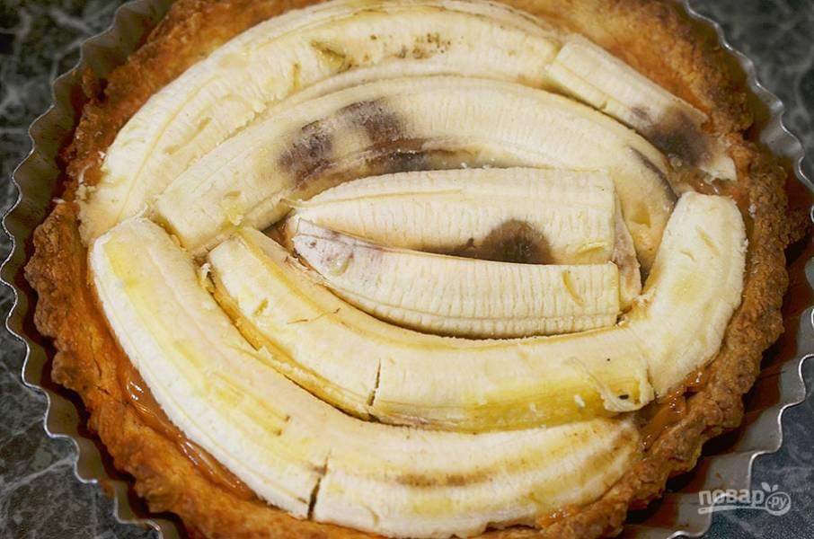 6. Теперь настала очередь бананов. Они должны быть очень спелыми, даже переспелыми и немного почерневшими. Бананы разрежьте вдоль и выложите следующим слоем.