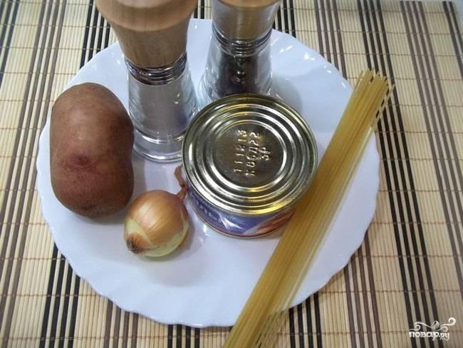 1. Вот такой минимальный набор ингредиентов необходим, чтобы повторить на своей кухне этот рецепт приготовления рыбного супа из кильки в томатном соусе. Необязательно использовать спагетти, это может быть любая лапша, а также рис, например.