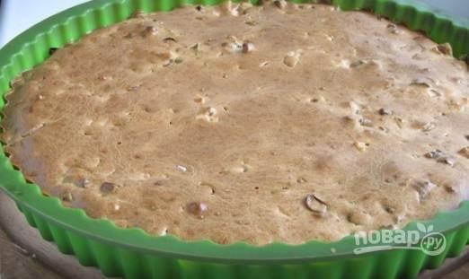 Запекаем пирог с зеленым луком и яйцом около 40 минут, но смотрите по своей духовке. Пирог должен подрумяниться сверху.