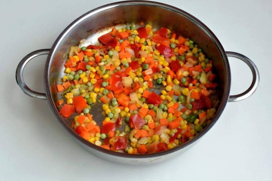 Сначала приготовьте начинку. Нашинкуйте репчатый лук и слегка подрумяньте его на ложке сливочного масла. Выложите к луку овощи – у меня готовая замороженная смесь – и  потушите минут 5, помешивая.