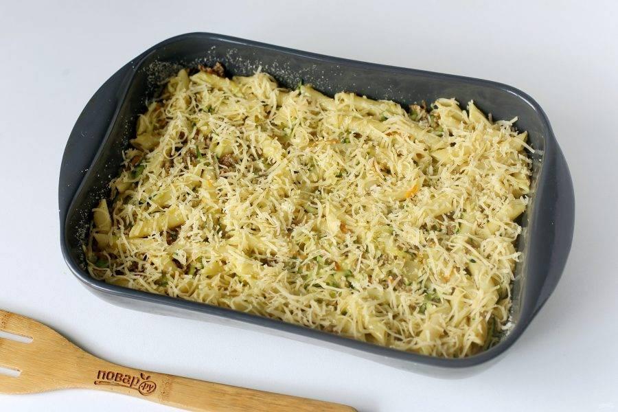 Посыпьте макароны тертым сыром и готовьте в духовке при температуре 180 градусов около 20-25 минут.