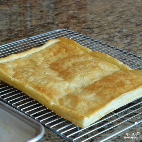Готовое тесто достаем из духовки и остужаем на решетке.