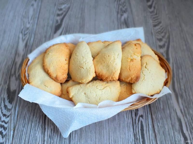Готовое печенье переложите в вазочку и охладите, но и теплое оно очень вкусное.