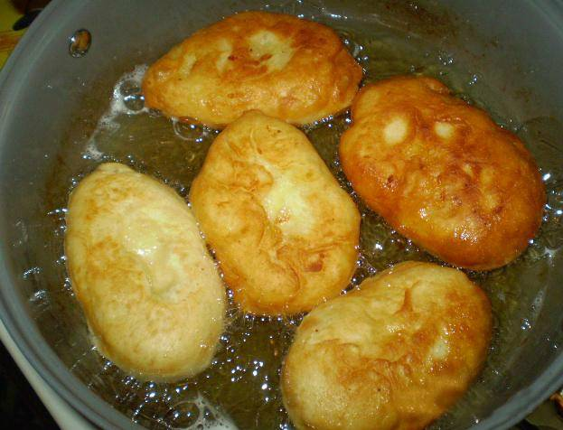 Разогреваем сковороду с подсолнечным маслом. Выкладываем пирожки и обжариваем с двух сторон на среднем огне. Они должны подниматься прямо в сковородке. Можно накрыть крышкой.