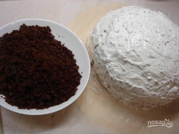 6.Оставшийся тонкий корж раскрошите и украсьте им стороны торта, покройте крошкой верхушку.