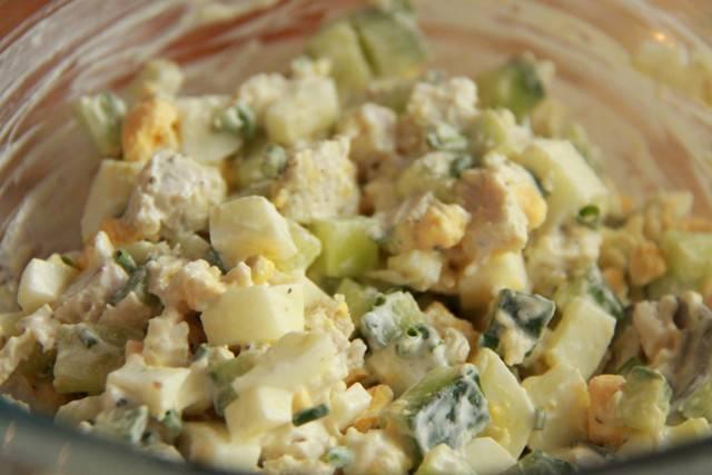 7. Заправить начинку можно обезжиренным йогуртом. Поперчить по вкусу.