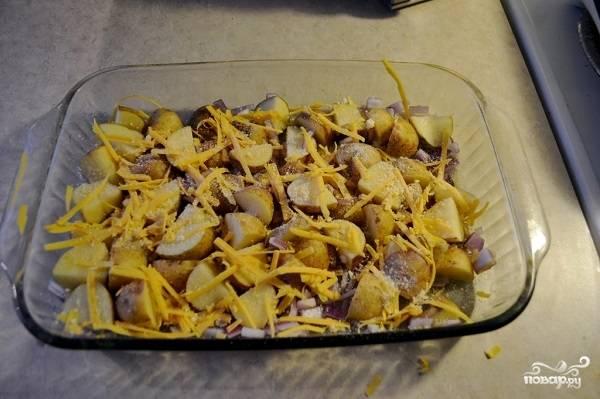7. Присыпьте немного сверху картофель. К этому времени уже лучше всего разогреть духовку до 190 градусов.