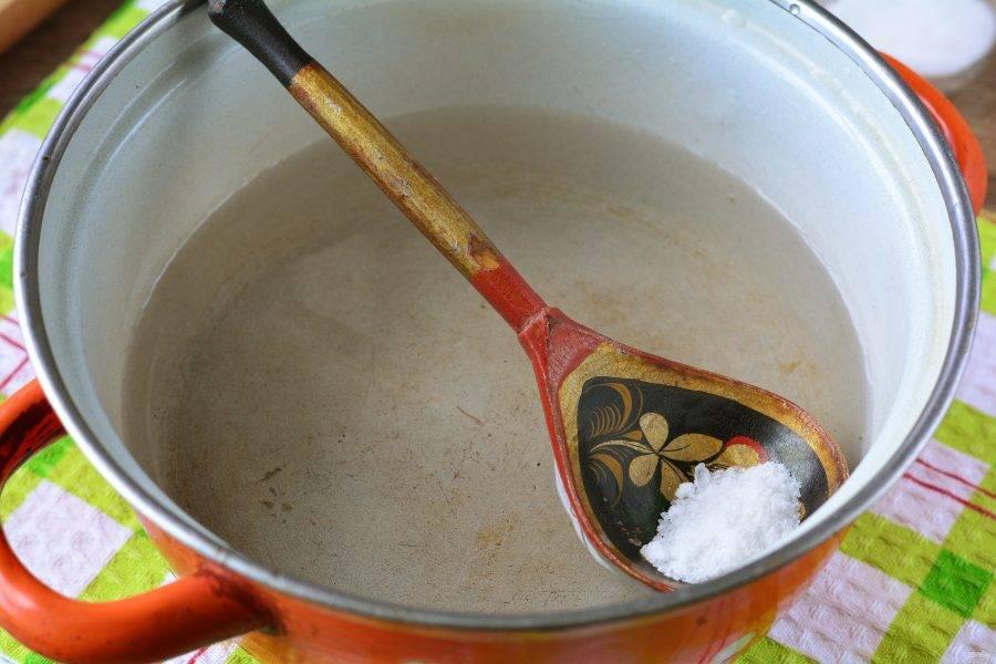 Сварите рассол. Вскипятите воду (300 грамм) в кастрюле и всыпьте соль, размешайте, чтобы соль растворилась и снимите с огня.