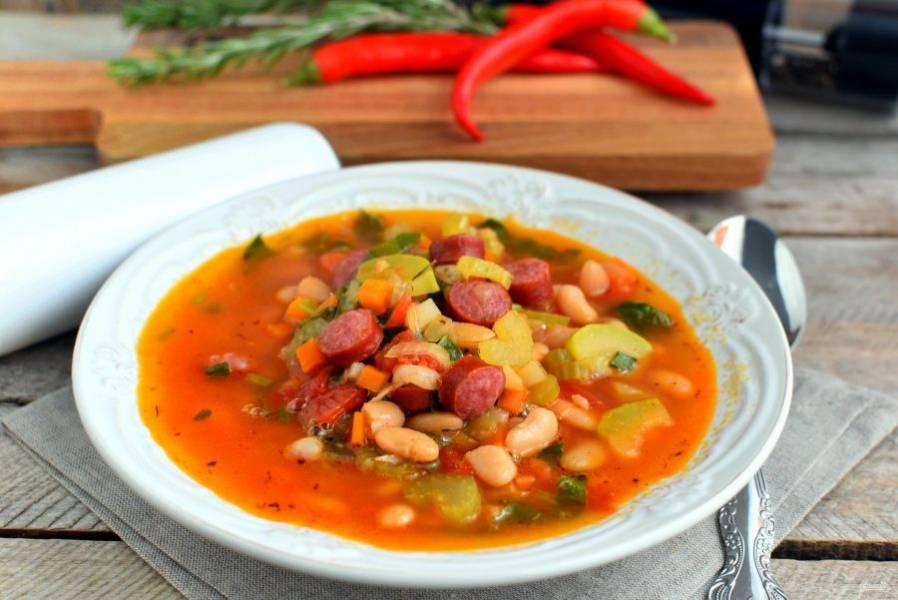 Дайте настояться под крышкой минут 15 и сервируйте суп горячим.