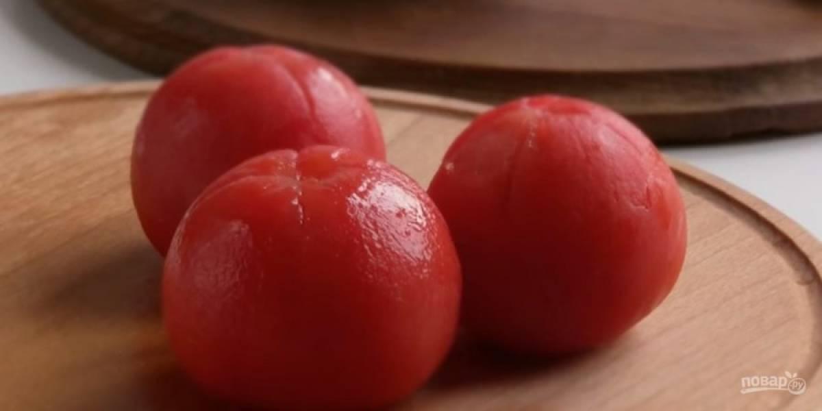 1. Сверху каждого помидора сделайте крестообразный надрез. Переложите помидоры в миску, залейте кипятком и через минуту снимите с них кожицу.