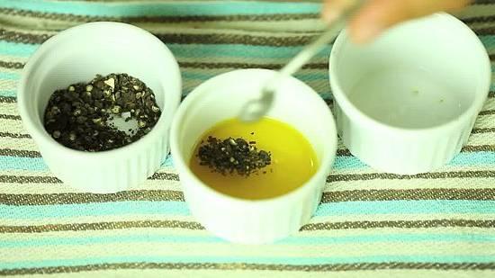 3. Для приготовления маринада необходимо выжать сок половинки лимона (можно регулировать количество по вкусу). Если лимона под рукой не оказалось, можно заменить щепоткой лимонной кислоты. Оливковое масло соединить с лимонным соком и тщательно перемешать. Добавить соль и перец по вкусу (перец лучше использовать свежемолотый). Специи - это отдельная тема. С рыбой прекрасно сочетается орегано, розмарин и свежая зелень петрушки или укропа.