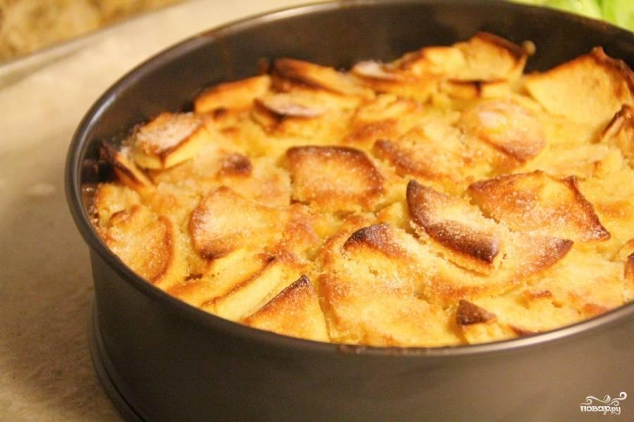 Выложите массу в форму для запекания. Выпекайте английский яблочный пирог в разогретой до 220 градусов духовке 50-60 минут. Пока он не станет золотистым. Следите, чтобы не сгорел:)