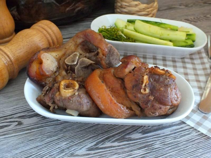 Стейки из рульки подавайте горячими с овощным салатом. Приятного аппетита!