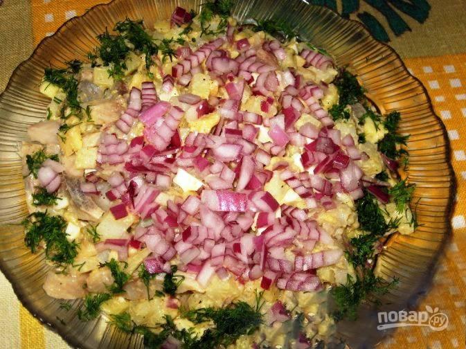Перемешайте в миске все подготовленные ингредиенты, предварительно посолив и поперчив их. Заправьте салат соусом, выложите его на блюдо. Посыпьте салат рубленым луком и украсьте по желанию зеленью.