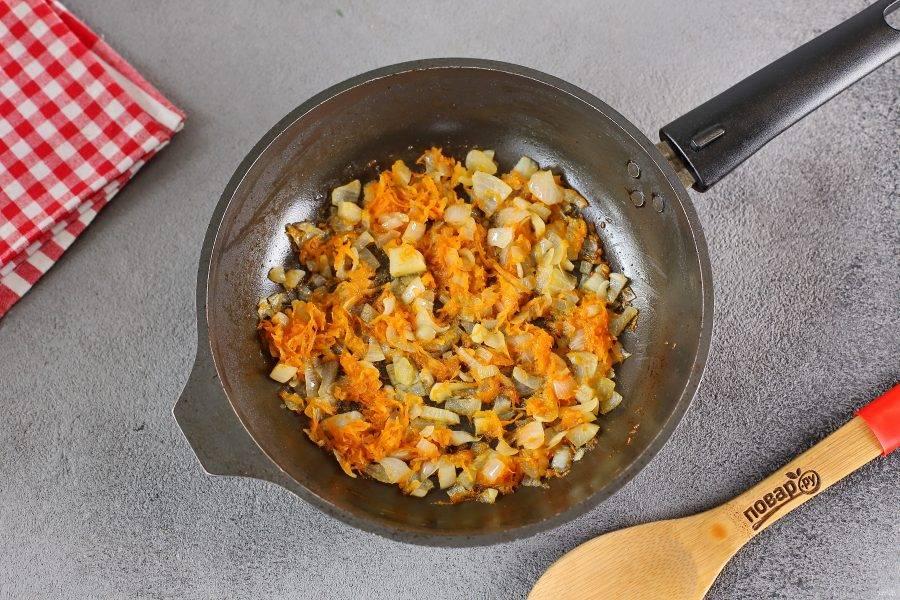 В сковороде обжарьте нарезанный кубиками лук и тертую морковь. Добавьте зажарку в кастрюлю.