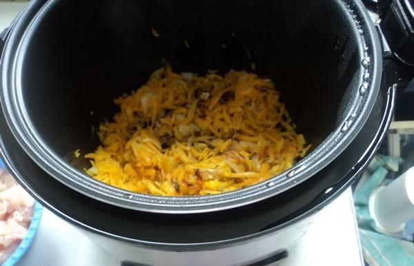 Мясо порежьте кусочками и добавьте к овощам, готовьте еще 20 минут.