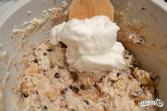 4. К творогу добавьте муку, корицу (для аромата) и яблоки. Также при желании всыпьте горсть изюма или ягоды по вкусу. Все тщательно перемешайте. Выложите белки.