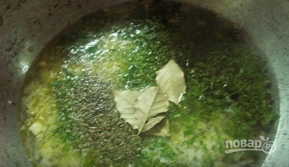 К обжарке добавьте вино, половину петрушки, тимьян и лавровый лист. Доведите ингредиенты до кипения, перемешайте.