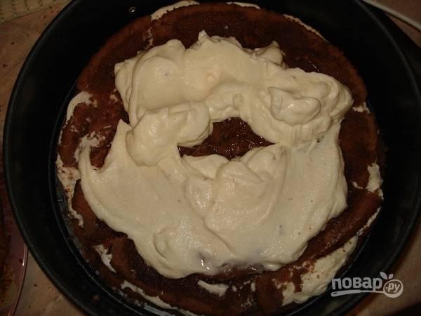 10. Теперь можно собирать тортик: выложите корж, пропитайте его сиропом и шоколадом, распределите ровным слоем крем. Повторите с остальными коржами. Уберите тортик на часик в холодильник.