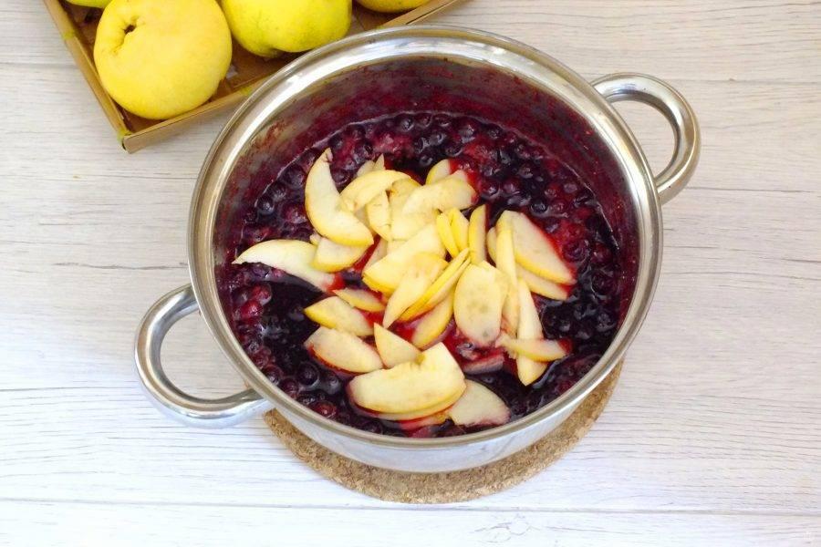 По истечении времени добавьте нарезанные яблоки к клюкве. Перемешайте. Варите, помешивая, на малом огне, в течение 20 минут.