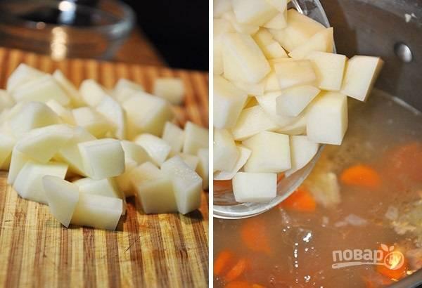 3. Очистите картофель, нарежьте его кубиками и отправьте туда же. Посолите по вкусу, добавьте любимые специи.