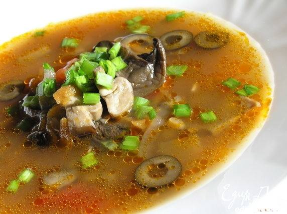 Разливаем по тарелкам, в каждую тарелку кладем черные целые или нарезанные маслины.
