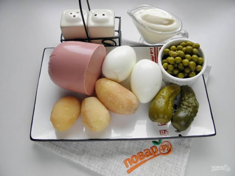 Подготовьте продукты для салата: отварите заранее картофель и яйца, очистите и остудите. С горошка слейте жидкость, сделайте натуральный домашний майонез. И можно начать сборку салата. Картофель у меня очень мелкий, поэтому я взяла третий, для подстраховки.
