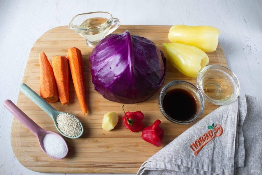 Овощи вымойте, очистите морковь, имбирь. Перец разрежьте пополам, удалите сердцевину и семена.