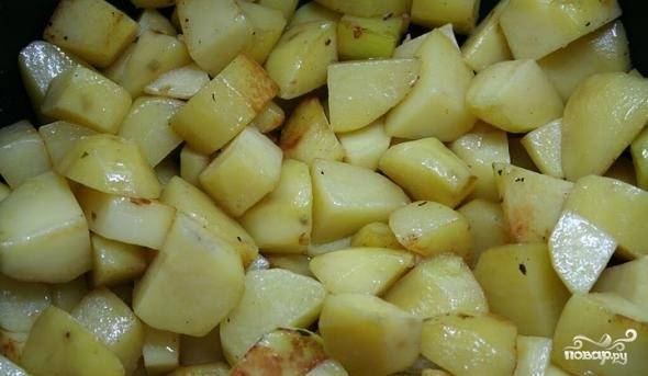 3. Дальше на той же сковороде обжарим картошку. Посолим по вкусу. Не обязательно жарить до готовности, но корочка должна появиться и на мясе, и на курице, и на картошке.