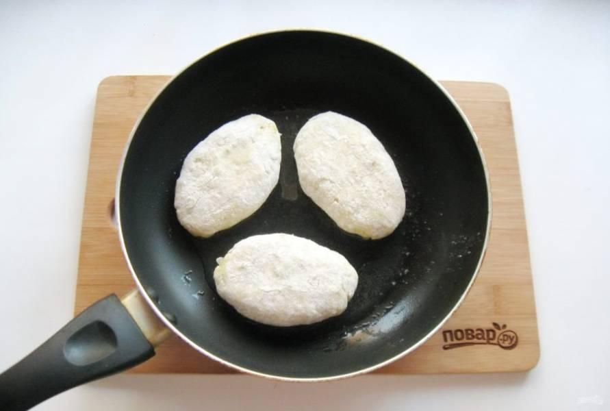 Таким образом сделайте пирожки, обваляйте их в муке и выложите на горячую сковороду с маслом.