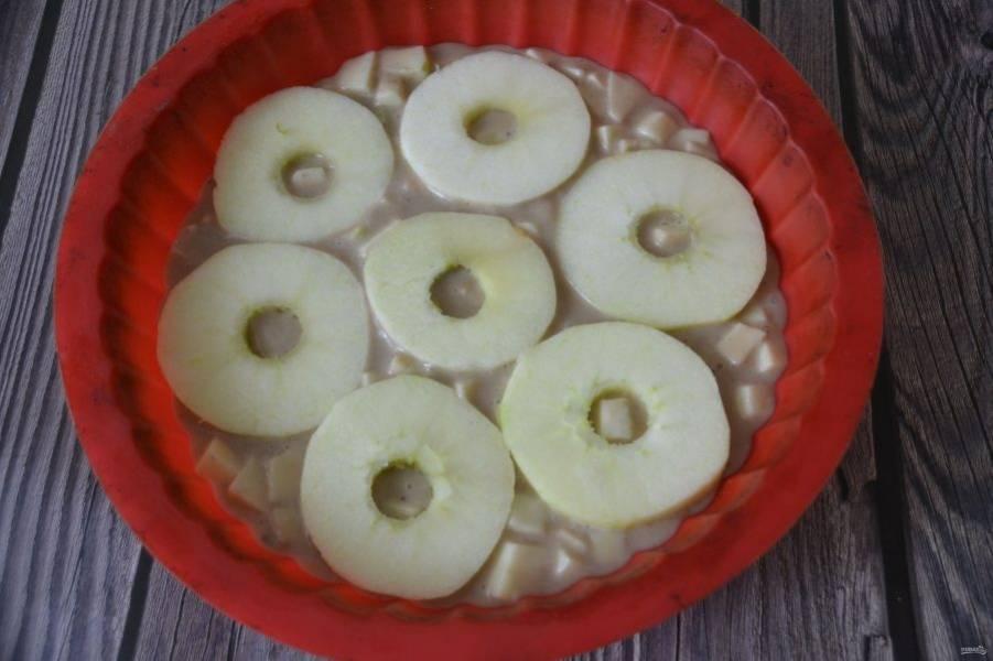 Выложите яблочные колечки поверх теста.