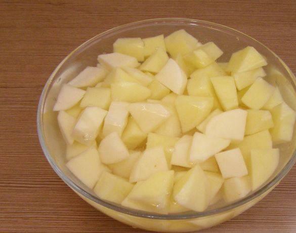 1. Картофель моем, чистим, режем на кусочки, и выкладываем в посуду, пригодную для микроволновки. Зальем водой и варим 15 минут при 850 Вт