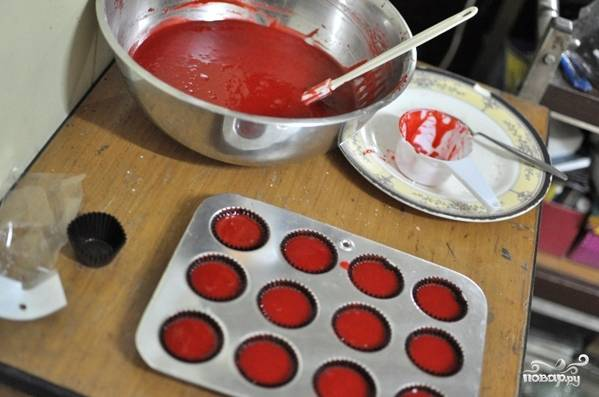 Тесто взбивайте миксером недолго. Разлейте его по формочкам, залив в последние на 2/3 от всего объёма. Разогрейте духовку до 180 градусов.