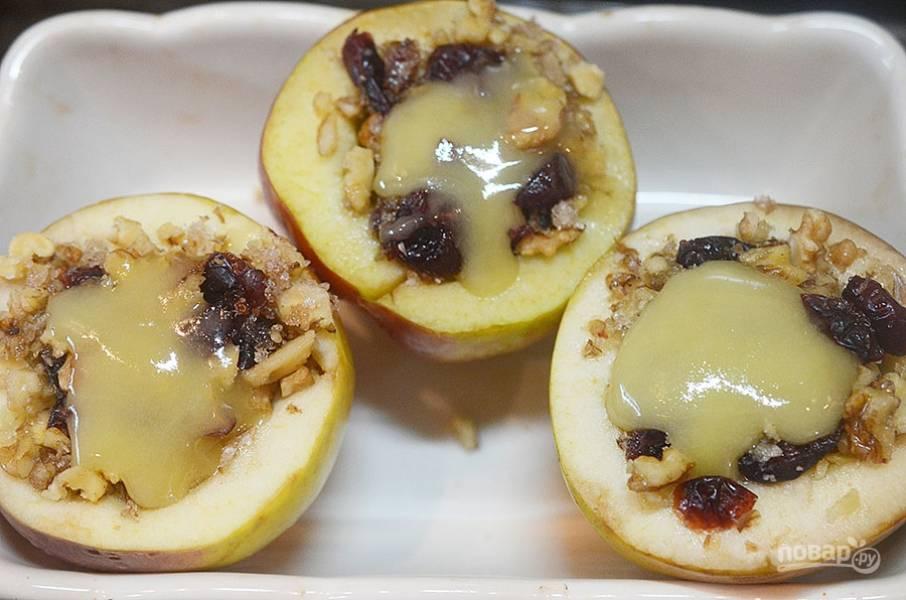 8. Для соуса уварите сливочное масло, кленовый сироп и яблочный сок до легкого загущения, полейте яблоки при подаче.