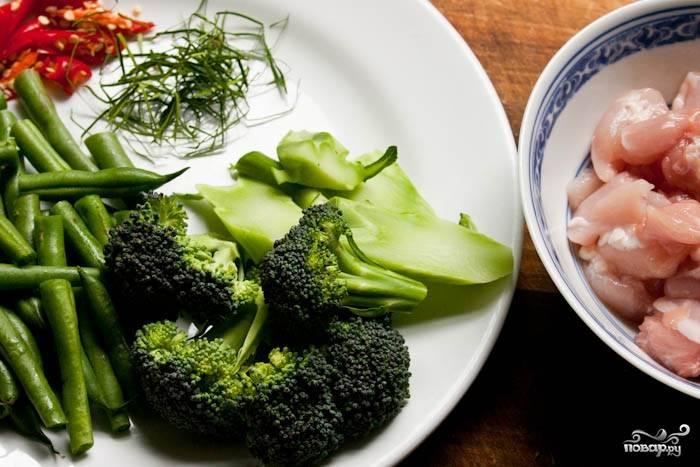 1. Первым делом подготовьте курочку. Филе вымойте, обсушите немного и нарежьте кубиками. Сбрызните рыбным соусом и оставьте немного промариноваться. Тем временем подготовьте овощи: брокколи разделите на соцветия, измельчите чили, нарежьте тонко листья лайма.