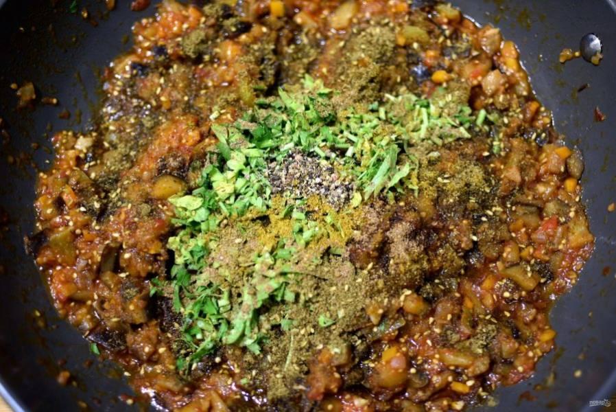 Добавьте молотые специи – карри, гарам масалу, затар и свежетолченую смесь перца горошком. Отправьте в сковороду пару горстей рубленой мелко петрушки – лучше одних листьев. Перемешайте несколько раз и снимите с огня.