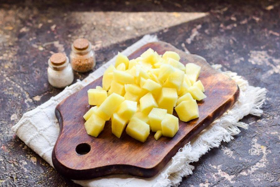 Очистите картофель, вымойте и просушите. Нарежьте картофель крупными брусками.