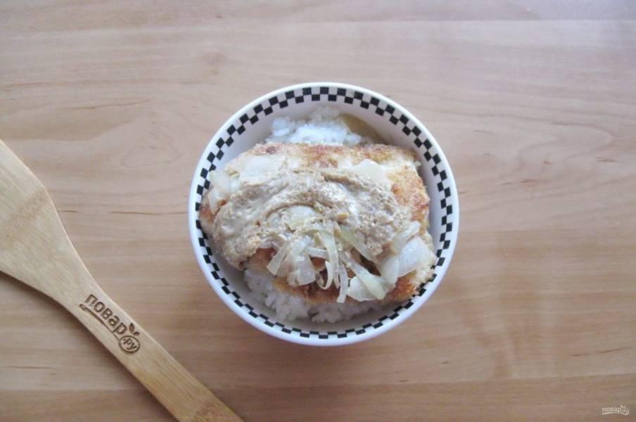 В чашу с отварным рисом выложите куриное филе с луком и омлетом с соевым соусом.
